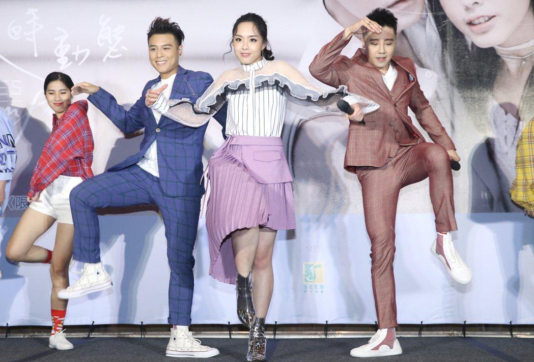 由成員羅嘉豪(右)、祖絲(中)和AJ(左)組成的澳門團體「MFM」在台北舉行首張...