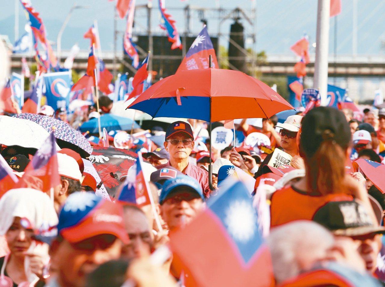 國民黨總統參選人韓國瑜在新北三重的造勢晚會吸引超過35萬支持者。黨內對韓國瑜較為...