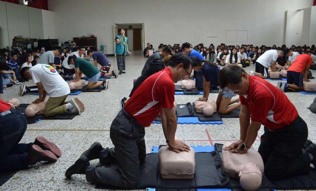 中華醫事科大新生訓練,曾信超校長(右一)偕同副校長等主管引領新生接受CPR和AE...