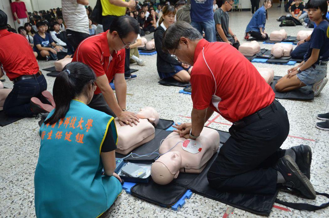 中華醫事科大新生訓練安排CPR和AED急救操作訓練當入學見面禮。  陳慧明 攝影