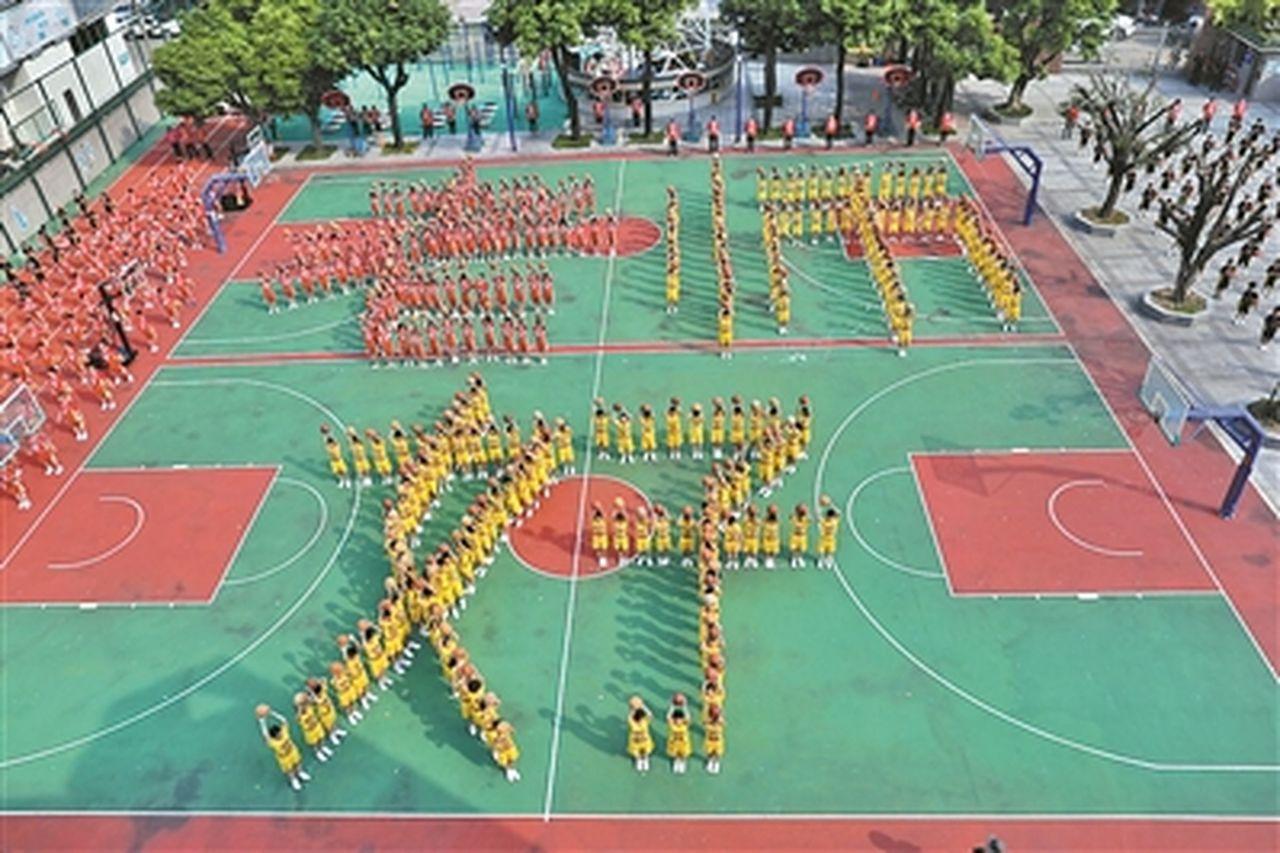 10日是中國教師節,廣州市荔灣區林鳳娥小學800多名同學昨天下午手持籃球,排成了...
