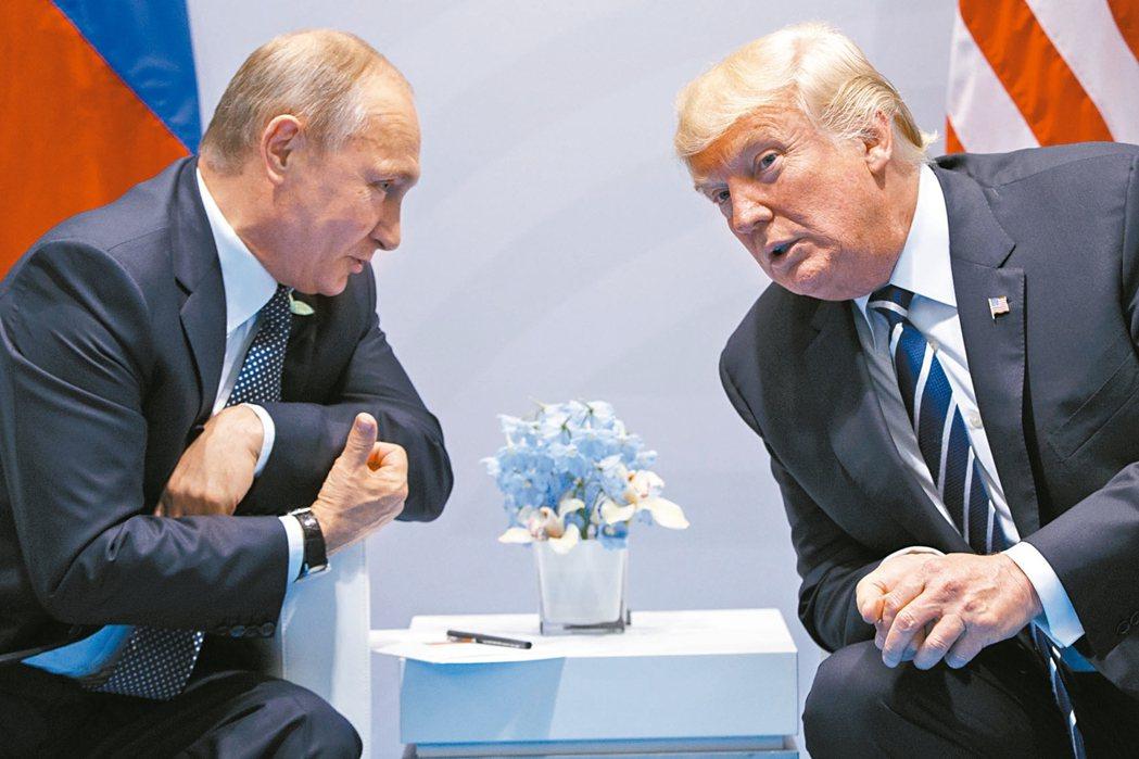 美國總統川普(右)2017年7月於德國漢堡G20高峰會期間與俄國總統普亭私下會晤...