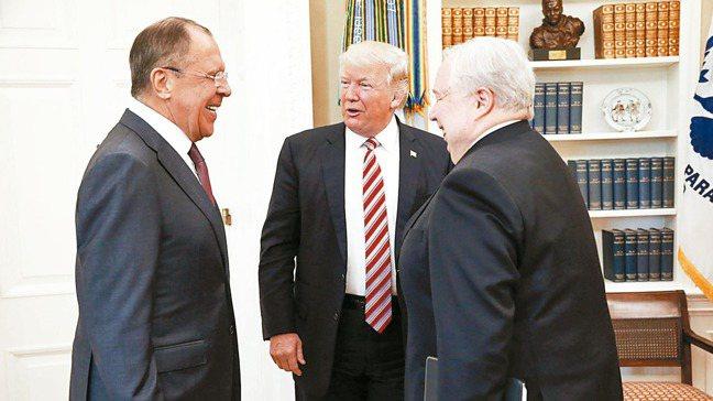 2017年5月,美國總統川普(中)在白宮會見俄羅斯外長拉夫洛夫(左)和當時俄羅斯...