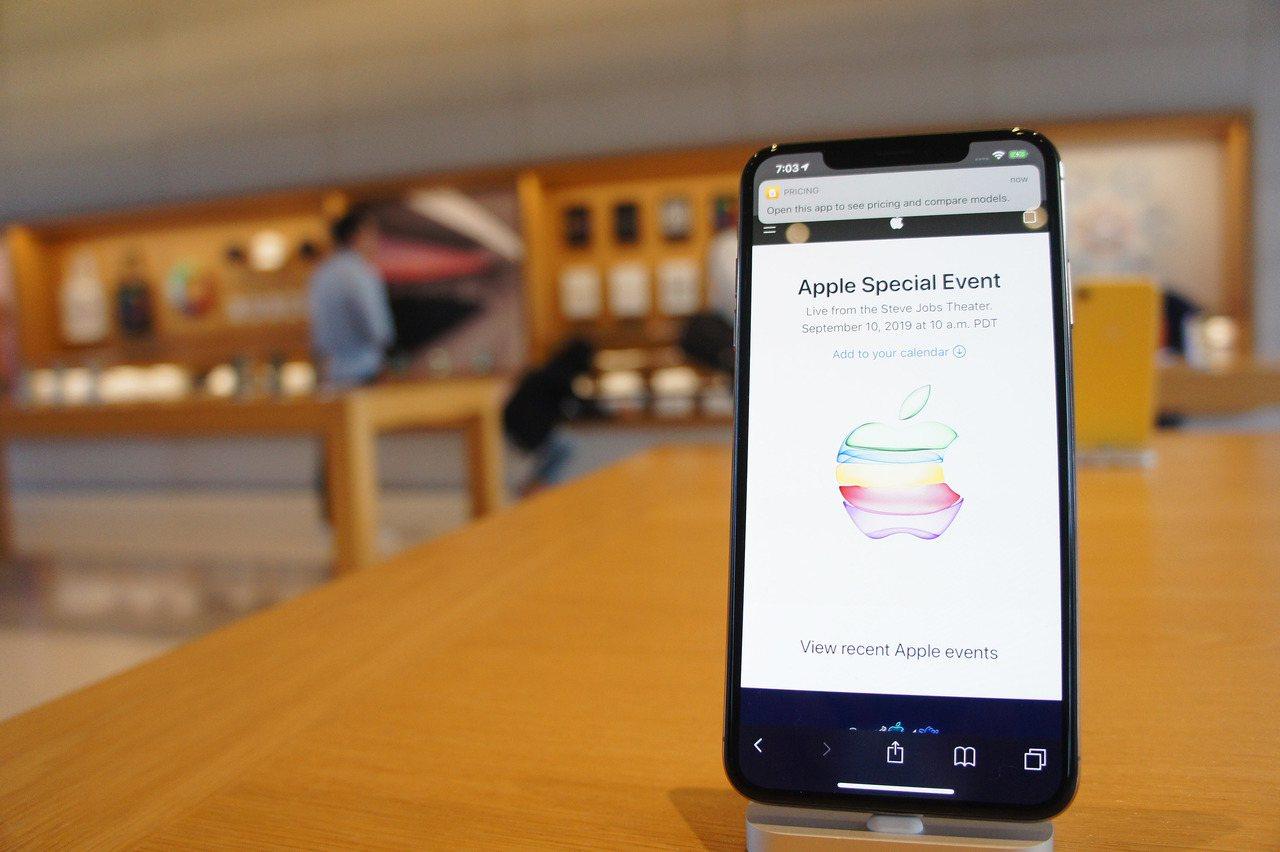 圖為蘋果總部Apple Park訪客中心展示的iPhone。中央社