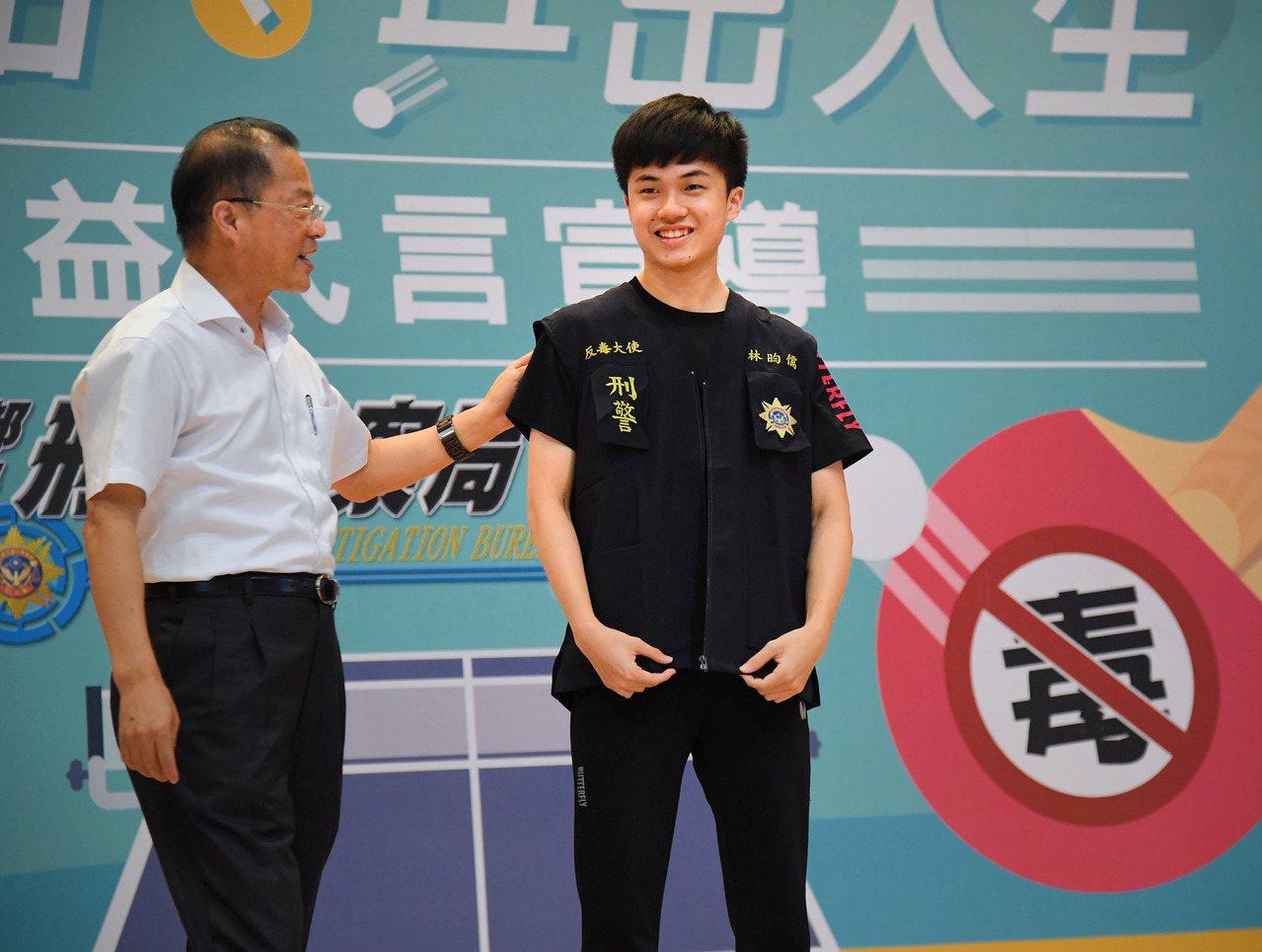 桌球小將林昀儒(右)代言反毒。 中央社