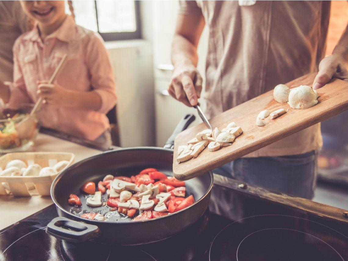 張偉明一家三口平時很少外食,以自己開伙為主,減少家庭的開銷。〈圖片來源:達志影像...