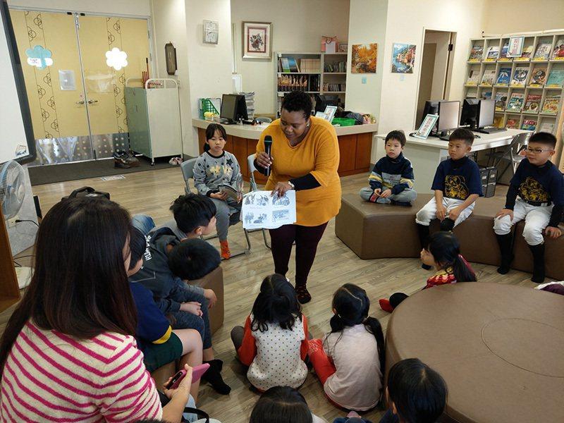 南屯區春安國小外師為三年級學生導讀英語繪本。 圖/台中市政府 提供