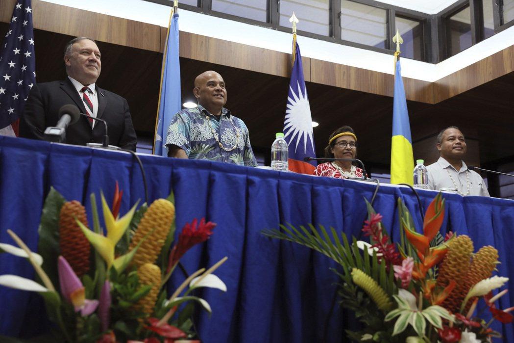 由左而右分別為美國國務卿龐佩奧、密克羅尼西亞總統潘努洛、馬紹爾群島總統海妮、帛琉副總統歐宜樓。 圖/美聯社