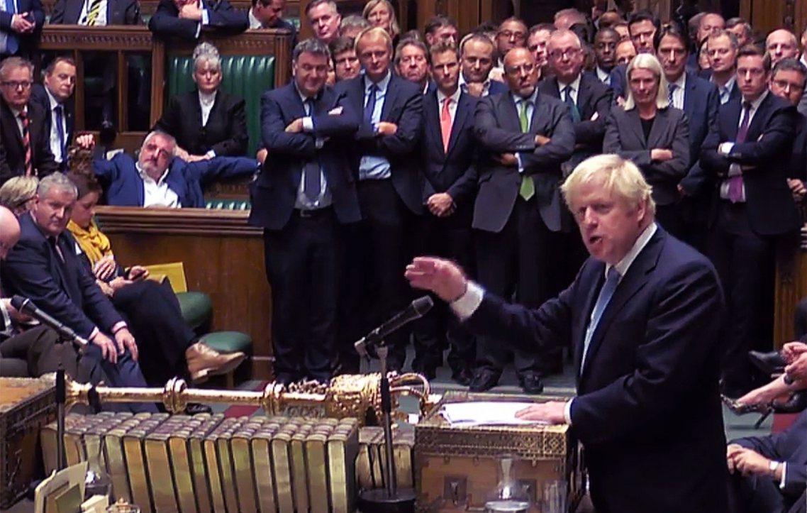 結束與瓦拉德卡的會面後,強生也匆匆地趕回倫敦,參加國會休議前的最終議程——在議場...