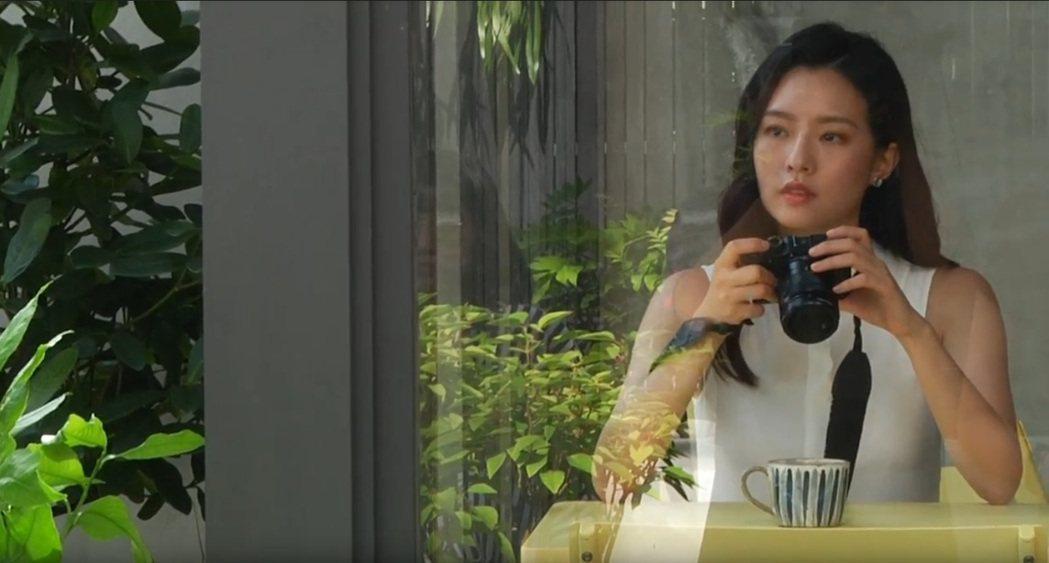 陳語安在廣告中扮演文青攝影師。 圖/宇峻奧汀 提供