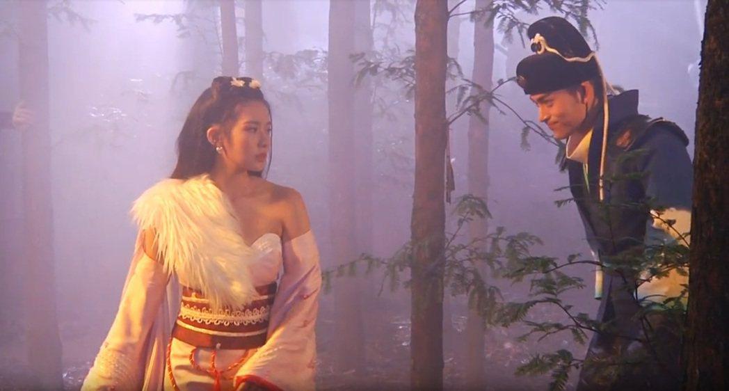 陳語安(左)以唯美的玄女裝扮與男主角在搭建的森林場景中試戲。 圖/宇峻奧汀 提供