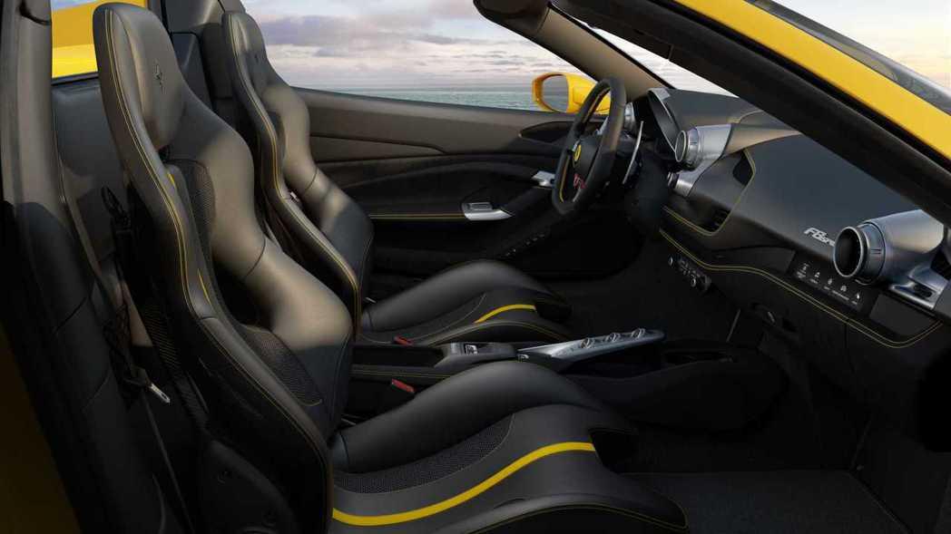 F8 Spider內裝和F8 Tributou近乎相同。 摘自Ferrari