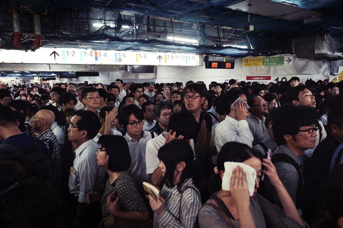 日本放颱風假與否並非由政府決定,而是各公司和學校判斷發布,因此怎樣程度的風雨不需...