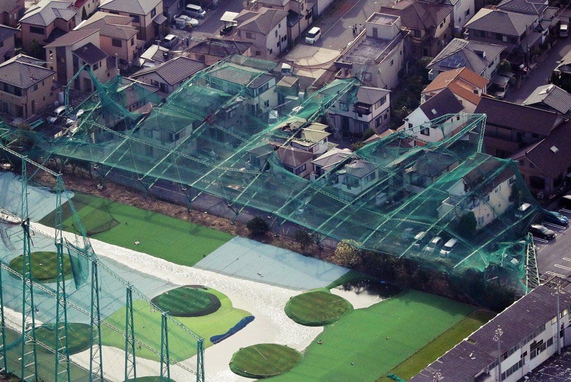 9日在千葉縣市原市,一座高爾夫球練習場的圍網倒塌,直接壓垮附近的民宅。 圖/歐新...