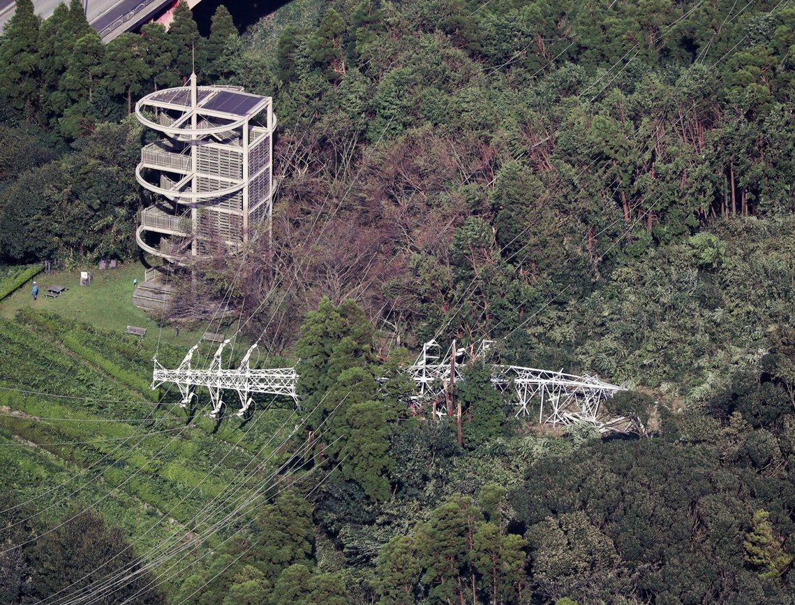 強風吹倒電塔導致千葉縣的大範圍停電,截至10日中午,颱風直擊的千葉縣、神奈川、茨...