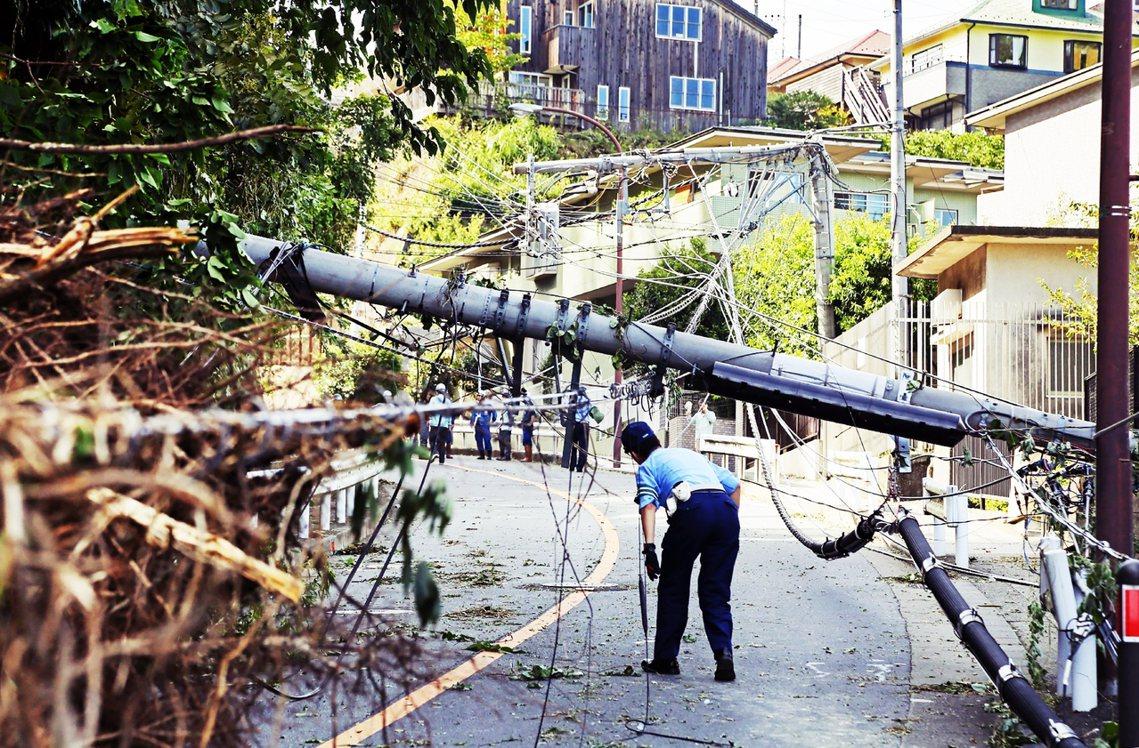 第15號颱風法西在上周末直撲日本關東地區,由於急遽增強的風速、路徑又是直擊首都圈...