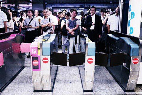 「鐵道都提前宣布停駛了,為什麼我們還要去上班?」雖然部分首都圈的鐵道線路,已提前...