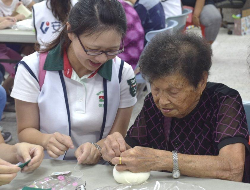 安信志工與長輩一同進行DIY手做活動,過程中也幫助長輩增加手部的運動。 安信建經...