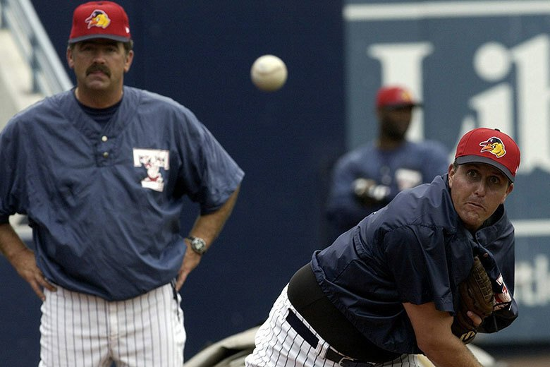 2003年的老虎隊表現荒腔走板,以至於高球名將米克森(右)都跑到老虎小聯盟試投,...