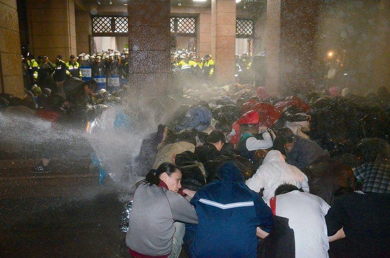 318公民運動強力水柱驅離社運者之場景(攝影/宋小海)