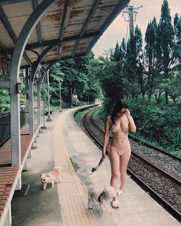 陳芳語穿著膚色比基尼遛狗。圖/摘自臉書