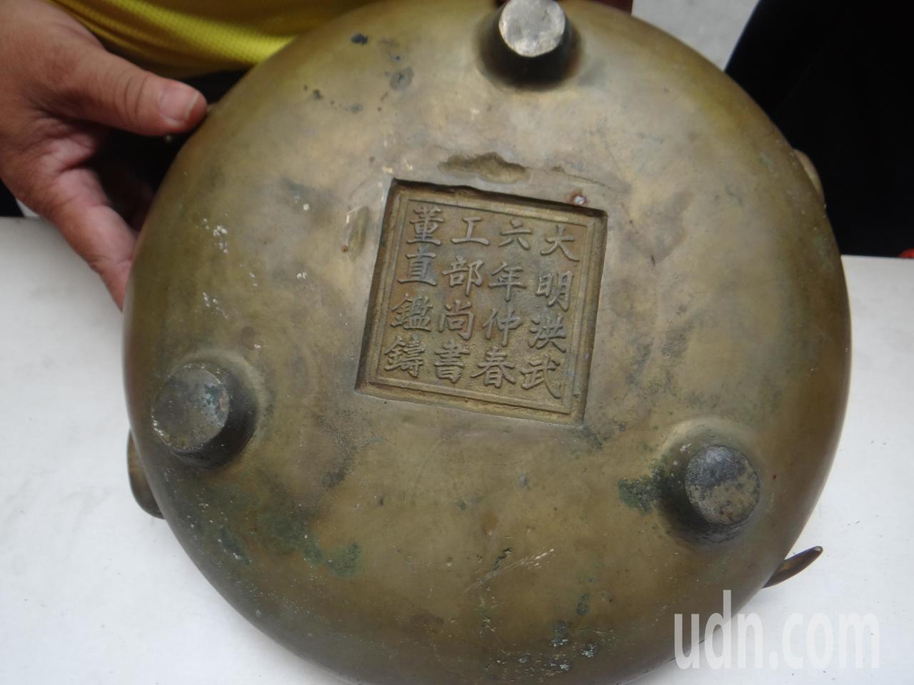 鳳山寺找出明代的古銅雙龍淨爐,十分珍貴。記者蔡維斌/攝影
