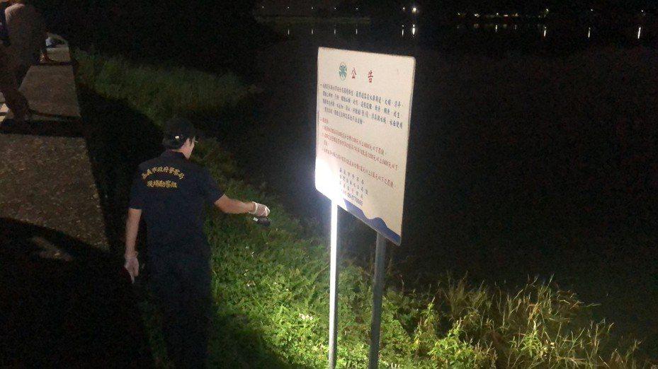嘉義市消防局昨晚先撈起洪女遺體,11小時後再打撈到黃姓男子的遺體。記者李承穎/翻攝