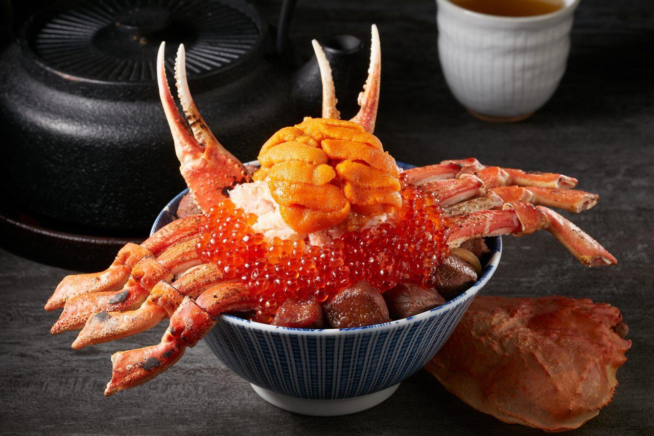 民眾可依個人喜好,加購海膽、鮭魚卵為蟹飽王丼升級。圖/開丼提供