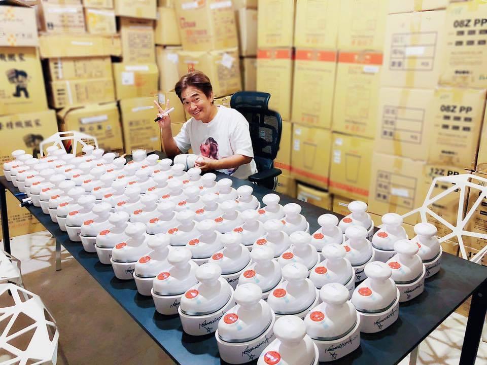 吳宗憲賣東西賣到嚇嚇叫,這是他和女兒一起代言,自己做的按摩器產品。圖/吳宗憲臉書