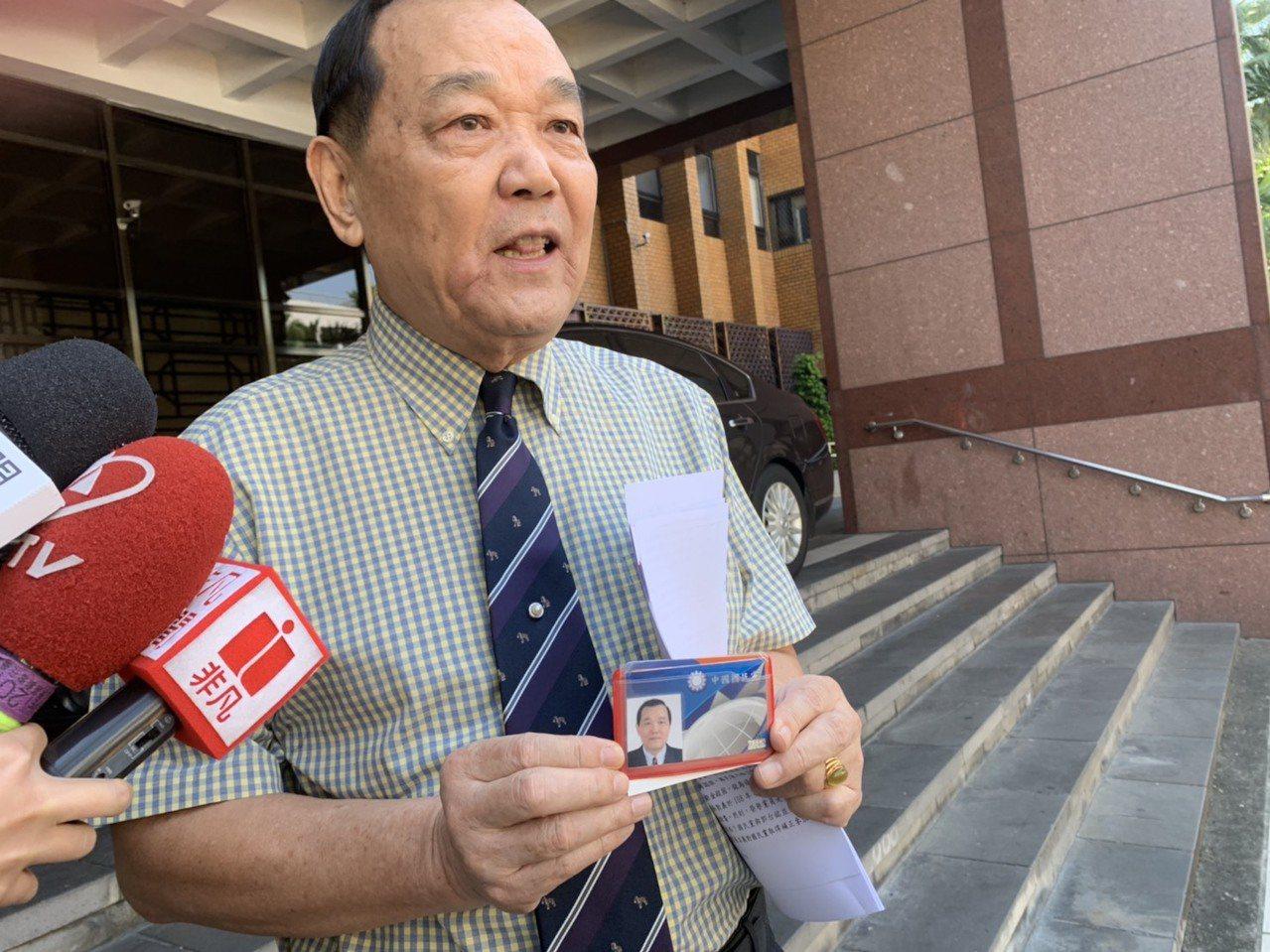 林憲同提告時秀出國民黨黨證。記者王聖藜/攝影