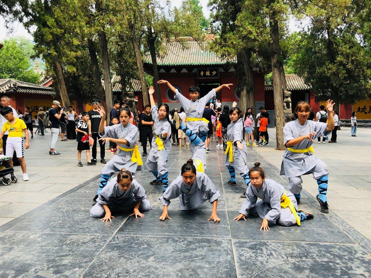 樹科大表演藝術系徵選學生前往少林寺練功,團員在廣場展演,肢體動作充滿力與美。圖/...