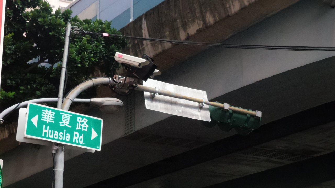 高雄市警方在左營區華夏與大中路口等3路口,建置多向違規檢測系統,取締違規。記者林...