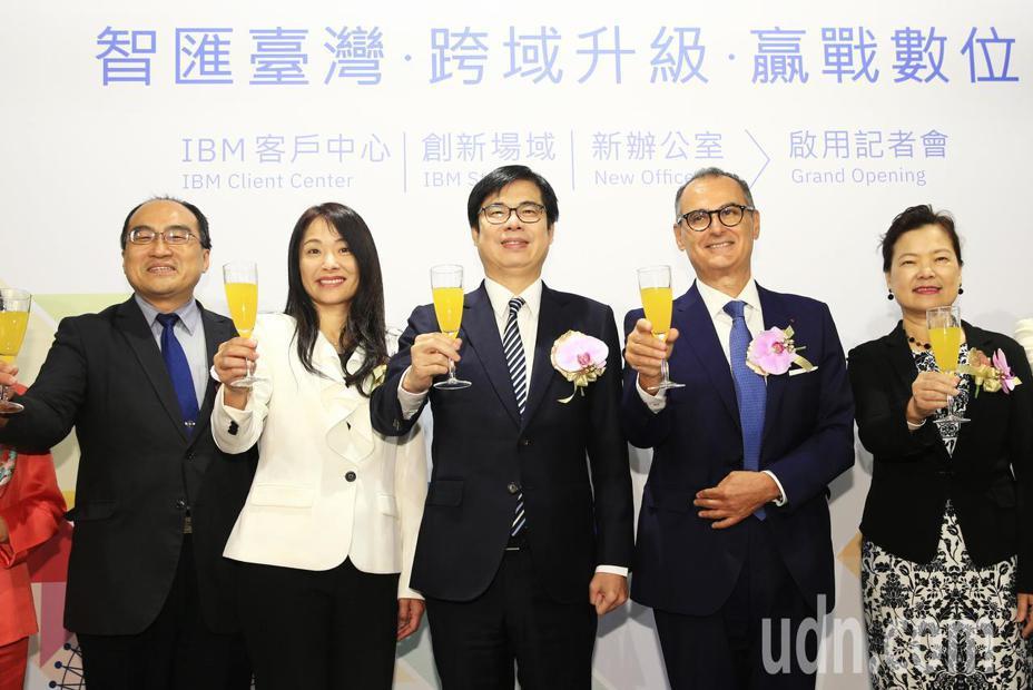 IBM客戶中心與創新場域啟用記者會暨新辦公室開放日上午舉行,行政院副院長陳其邁(中)出席,與IBM大中華區總裁包卓藍(右二)、台灣IBM公司總經理高璐華(左二)等人一同舉杯慶祝。記者陳正興/攝影