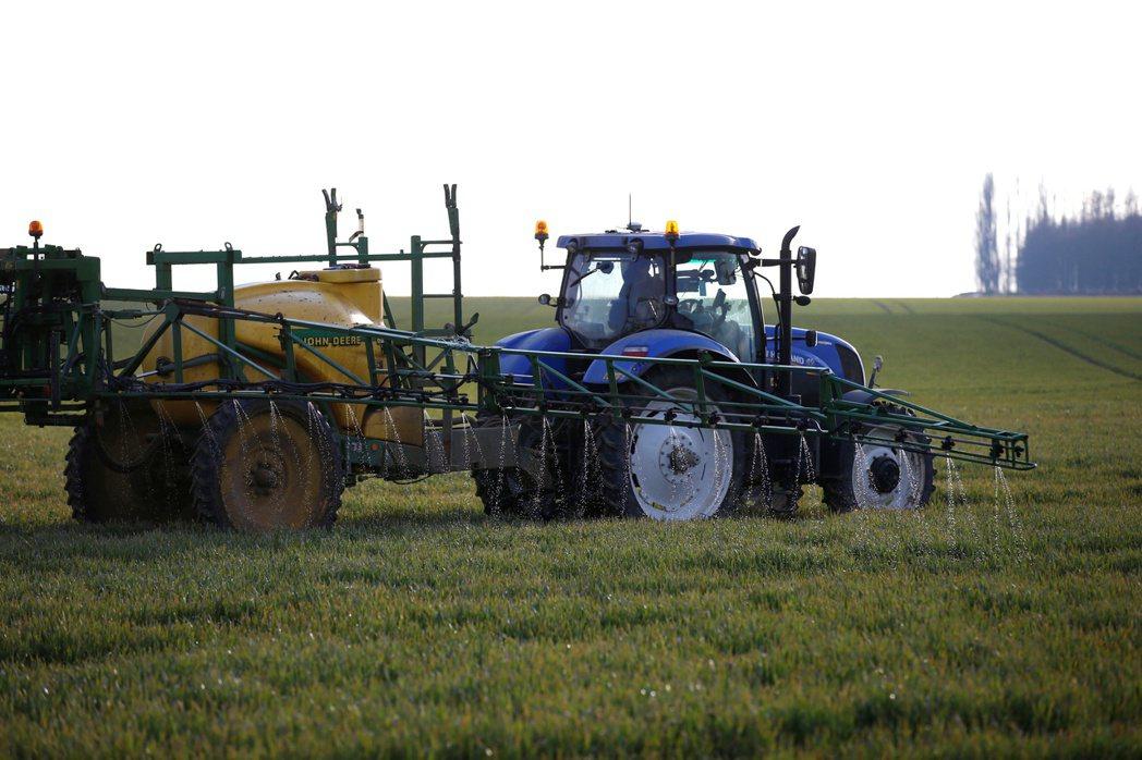 法國政府正在推動設置住宅附近的農藥噴灑緩衝區。圖為法國索姆省桑庫爾附近農民正在噴...