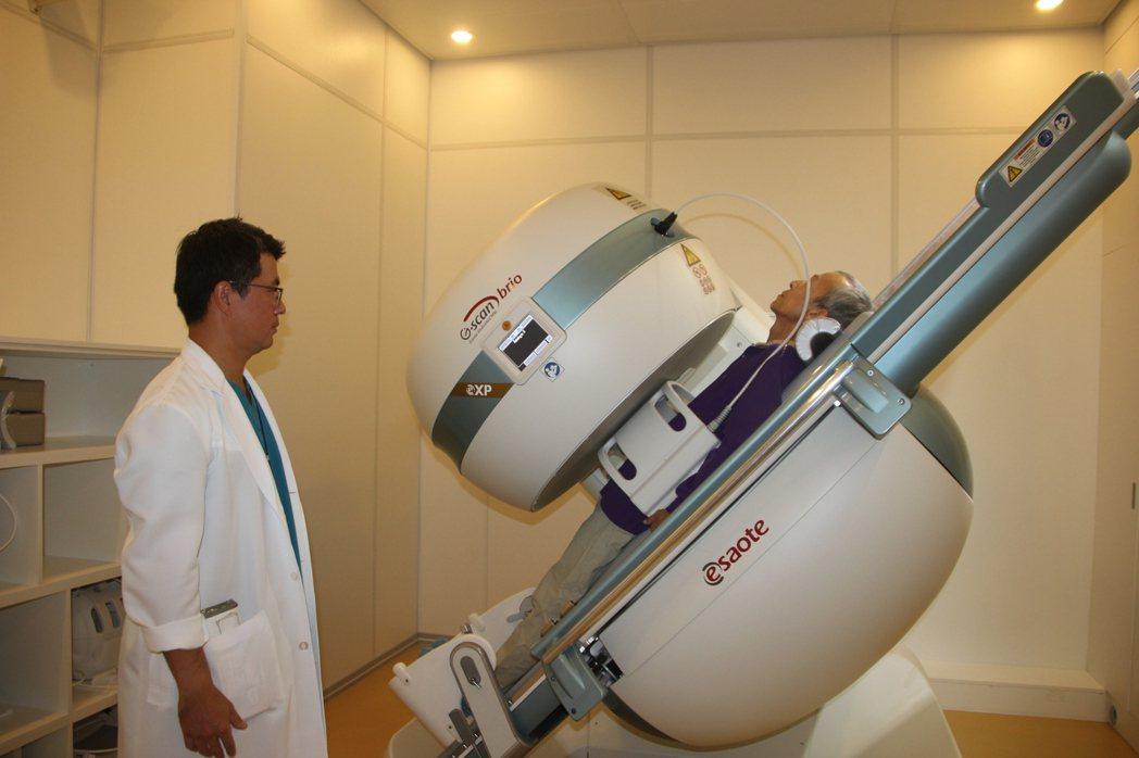 秀傳引進動態負重磁振造影(MRI),可直立負重姿勢下進行檢查,檢查結果能更精確診...