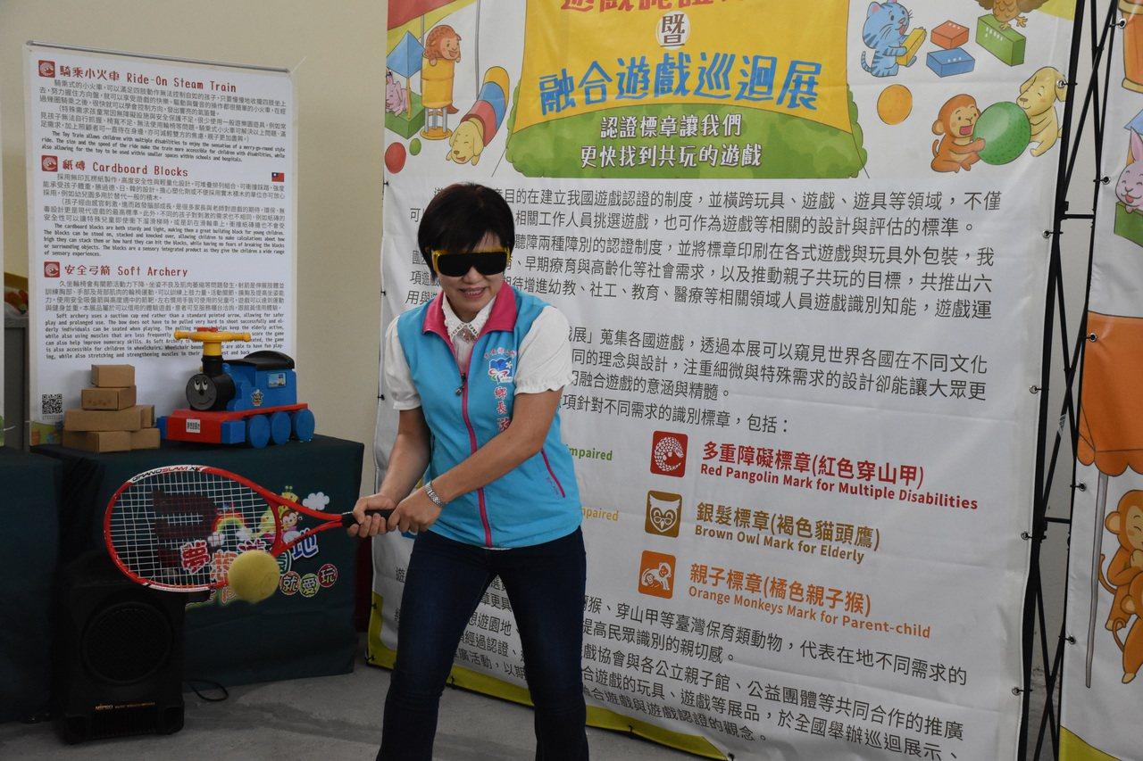 吉安鄉長游淑貞戴上墨鏡,體驗視障者打「有聲音」網球。記者王思慧/攝影