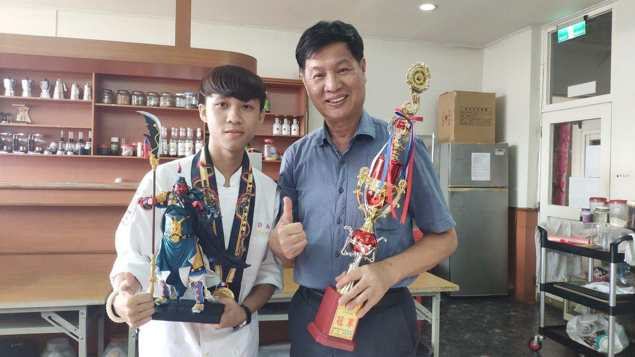 大德工商餐飲科3年級生許為清(左),上個月到馬來西亞參加「2019第四屆世界名廚...