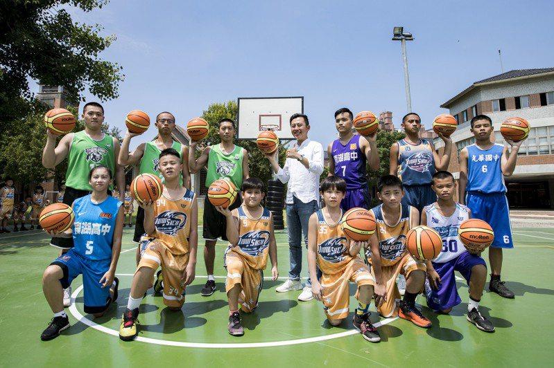 新竹市舊社國小籃球隊獲得新竹市中小學籃球聯賽13連霸,但籃球場已近19年沒有更新,市府補助230萬元解決籃球場積水與表層龜裂問題,今天啟用。圖/市府提供