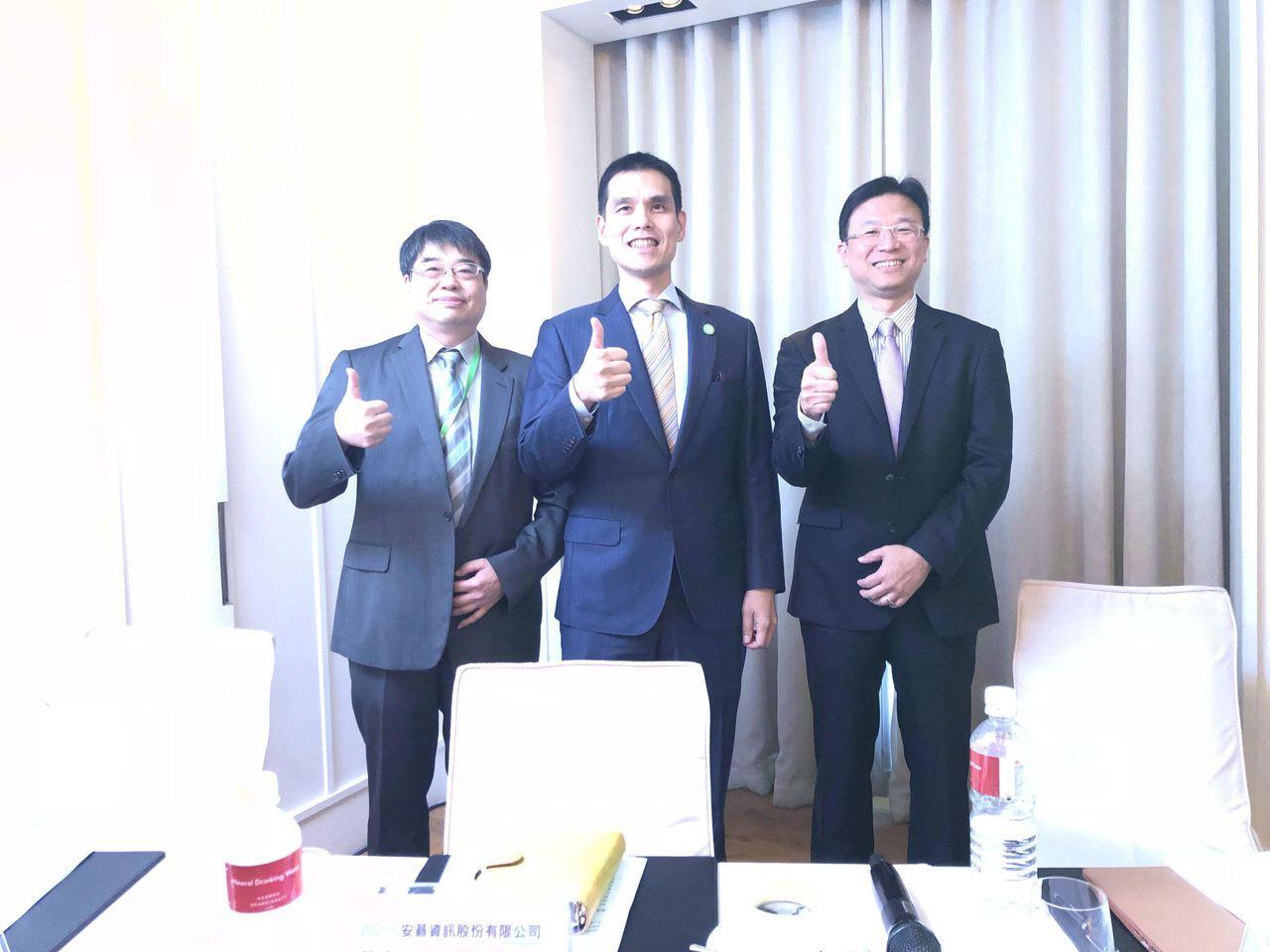 左起安碁資訊財務長譚百良、董事長施宣輝、總經理吳乙南。記者謝艾莉/攝