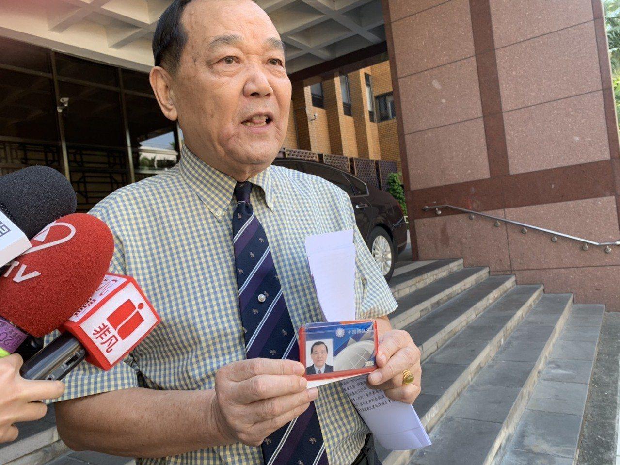 律師林憲同認為郭對國民黨造成極大傷害,因此他今天到台北地院控告郭台銘詐欺、背信,...