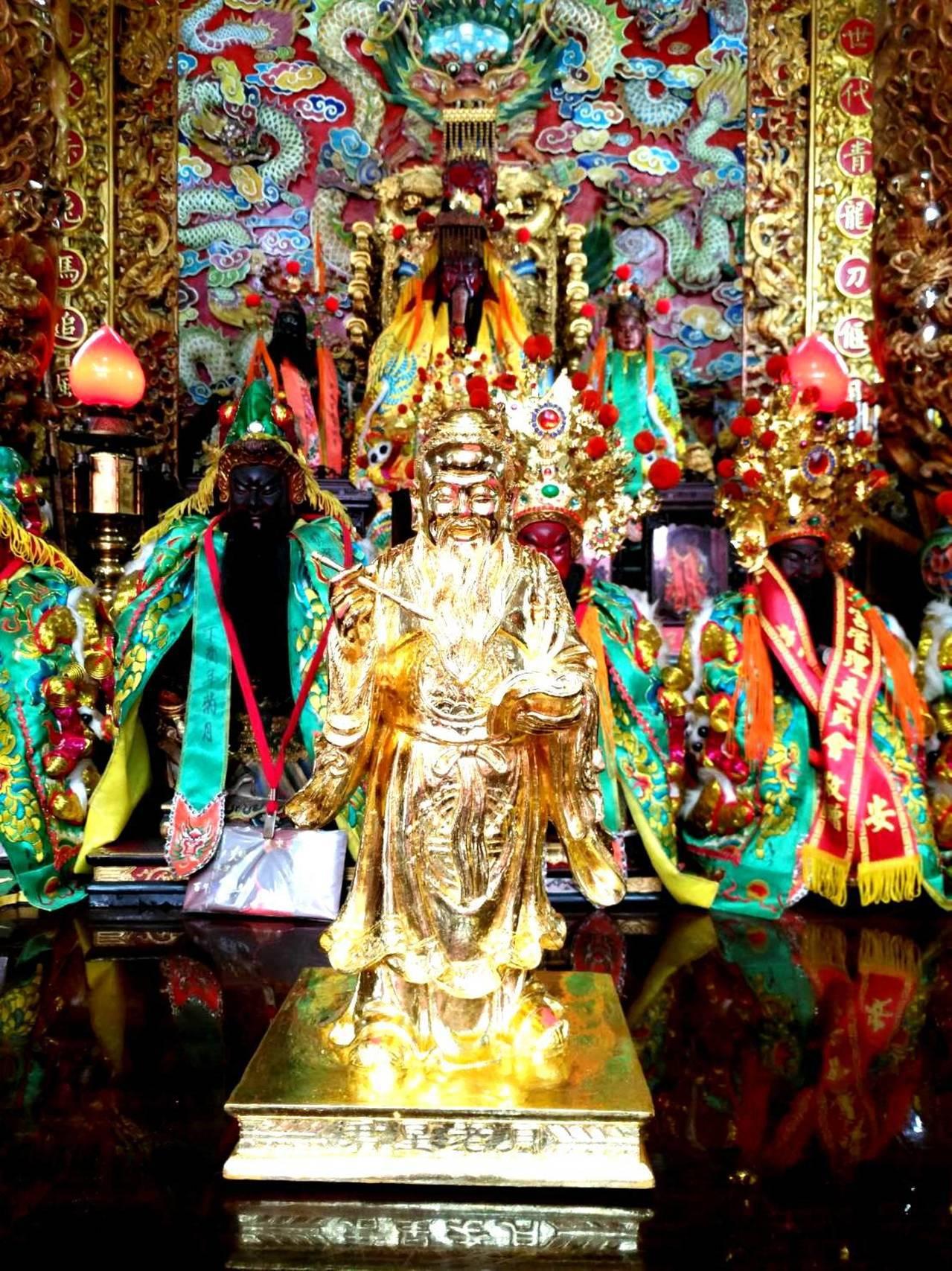 竹山克明宮作為地方的重要廟宇,為了幫助信眾早日尋得姻緣,也請回一尊月老奉祀在廟內...