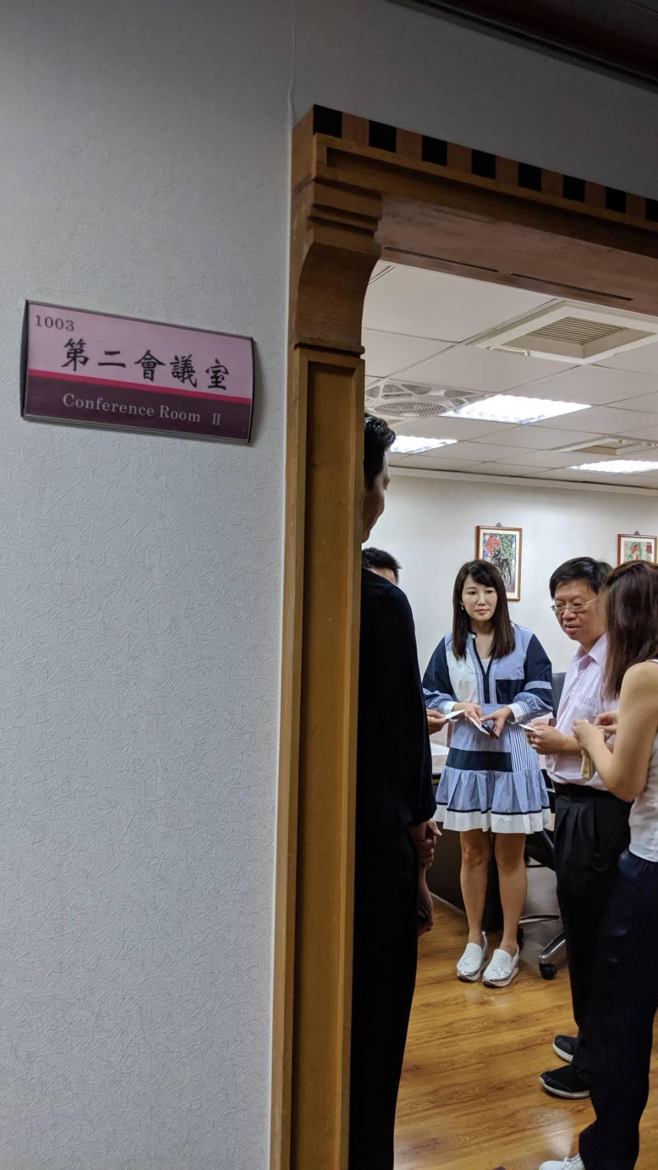 郭柯王三方幕僚抵中選會,針對總統連署事宜,進行閉門會談。攝影/記者蔡佩芳
