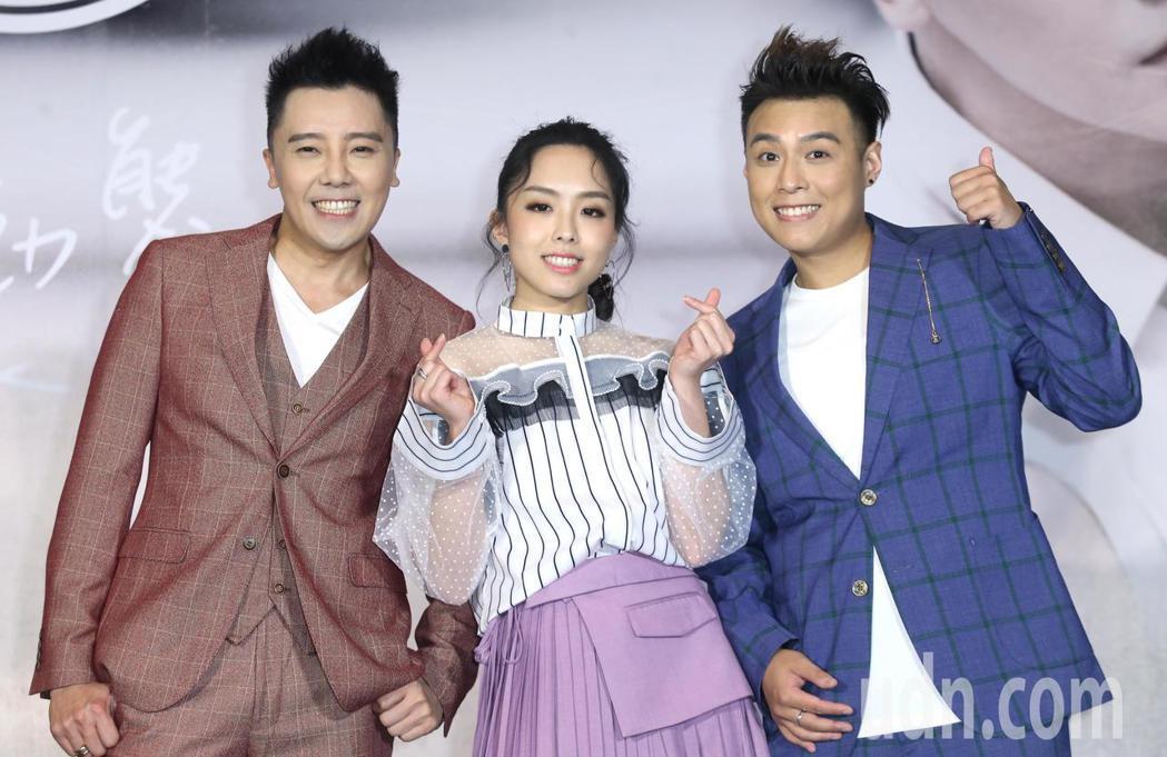 由成員羅嘉豪(左)、祖絲(中)和AJ(右)組成的澳門團體「MFM」下午在台北舉行...