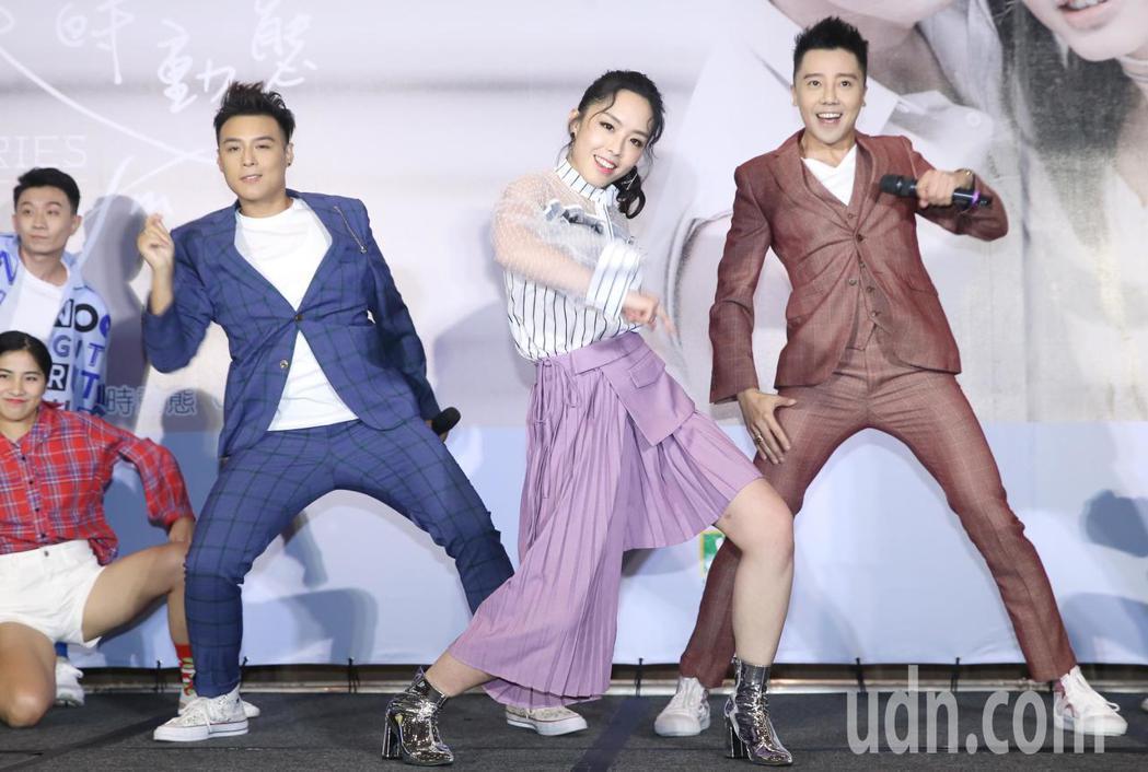 由成員羅嘉豪(右)、祖絲(中)和AJ(左)組成的澳門團體「MFM」下午在台北舉行...