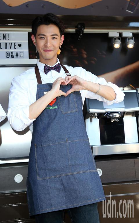 藝人連晨翔出席《把愛找回來》公益活動,化身「愛的行動咖啡車」愛心店員,呼籲大眾關懷弱勢。