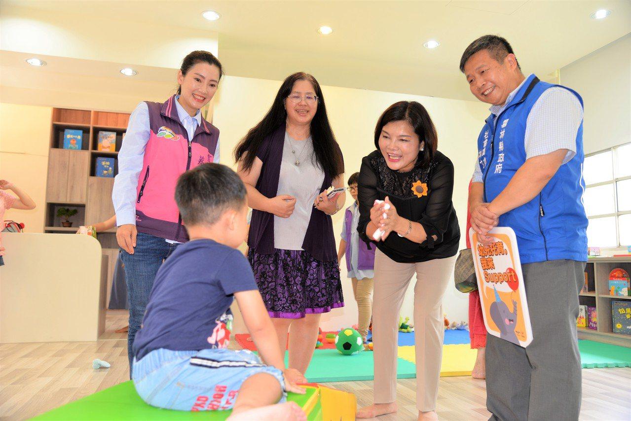 雲林縣長張麗善在公托家園啟用後,陪孩子玩,逗孩子開心。記者蔡維斌/攝影