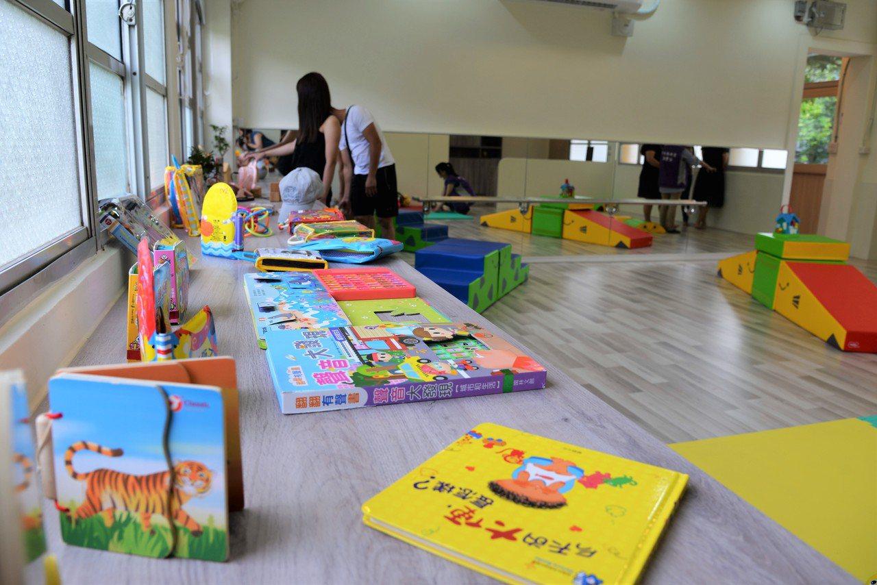 親子共讀區提供各種有助於孩子發展的繪本。記者蔡維斌/攝影