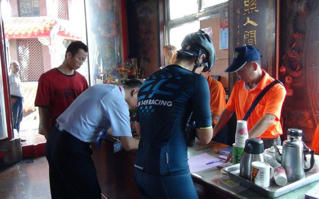 彰化埔鹽鄉「順澤宮」這幾天相當熱鬧,民眾踴躍登記索取幸運帽。記者林敬家/攝影