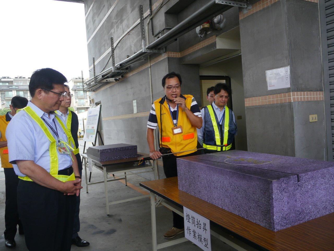 交通部長林佳龍(左)聆聽簡報,深入了解今年5月施工完成的跑道施工技法。記者徐白櫻...