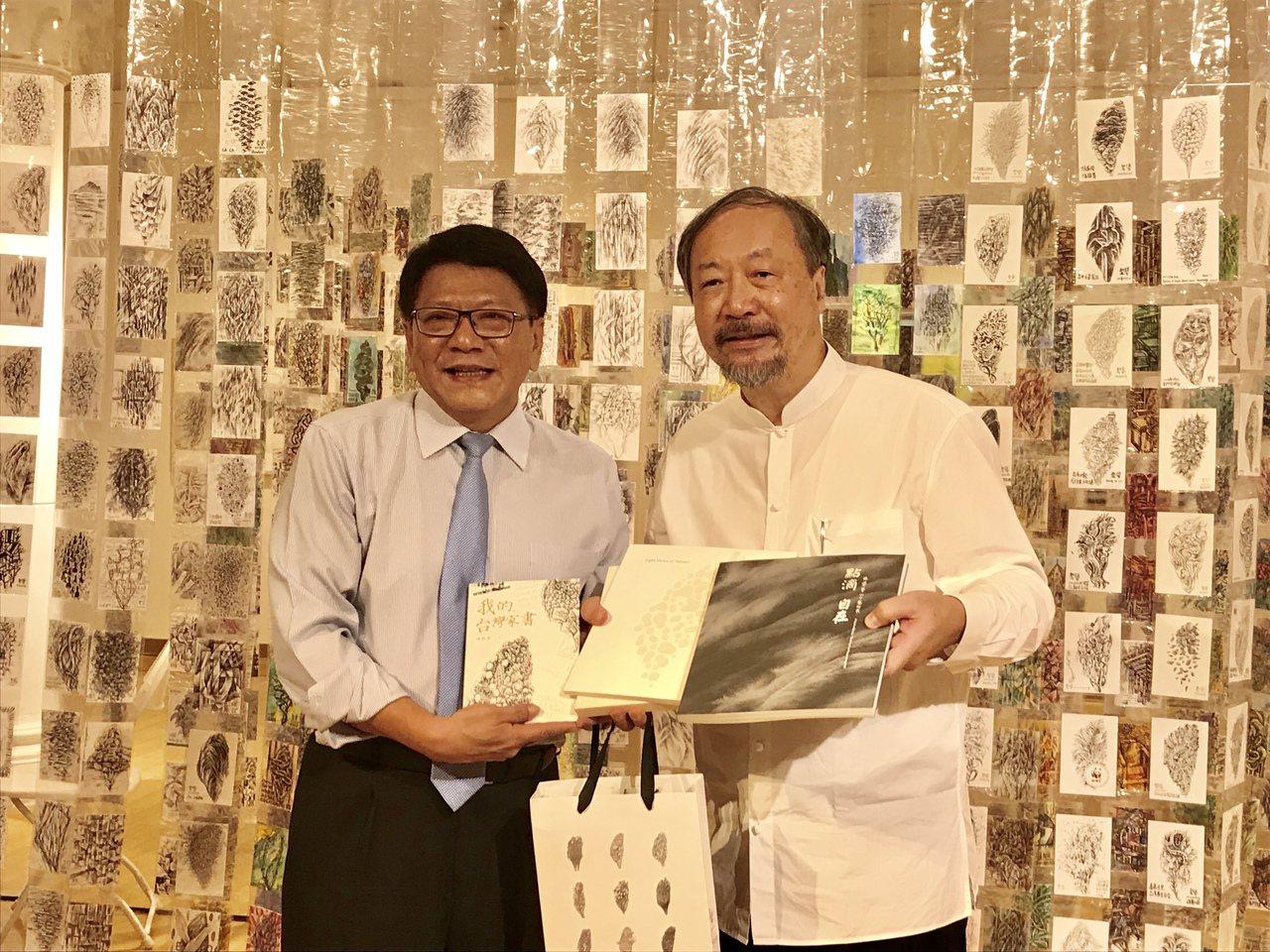 屏東縣長潘孟安(左)表示,兩年前就和林磐聳(右)老師有約,要在台灣設計展前,把畢...